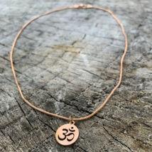 Ohm fityegős rose gold színű rozsdamentes acél nyaklánc