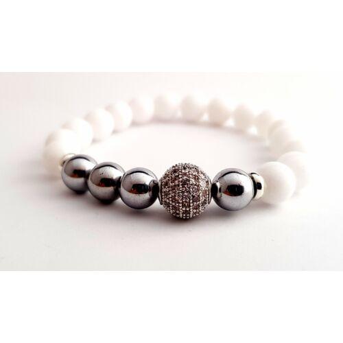 Fényes fehér jáde ásványkarkötő, ezüst hematit ásványgyöngyökkel és ezüst színű cirkónia gömbbel