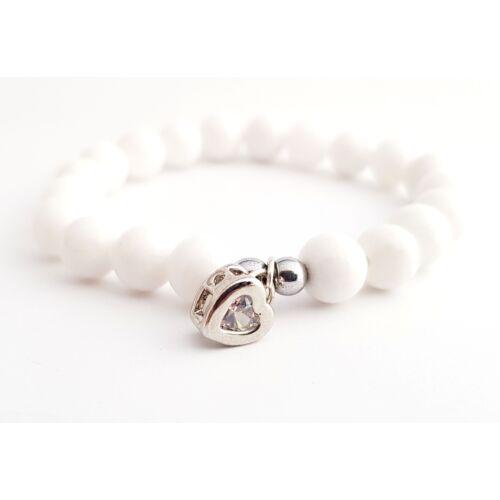 Fényes fehér jáde ásványkarkötő, ezüst színű cirkónia szívvel