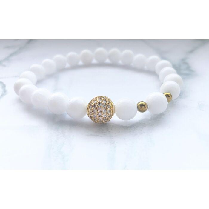 Fehér jáde ásványkarkötő, arany hematit gyöngyökkel, cirkónia köves arany színű gyönggyel