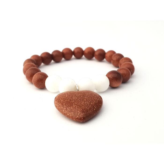Barna napkő ásványkarkötő, fehér jáde gyöngyökkel és barna napkő szív medállal