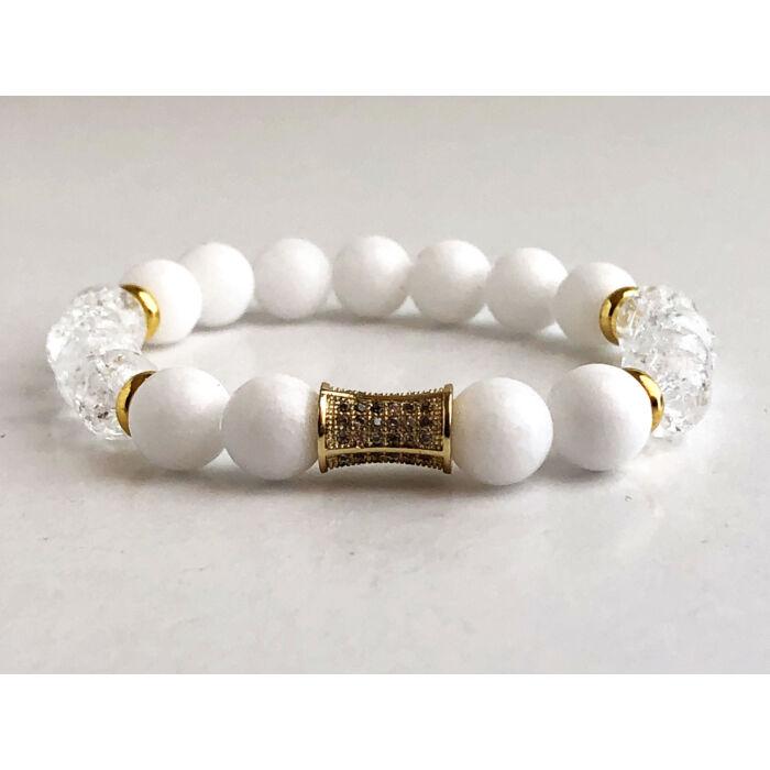 Fehér jáde ásványkarkötő, roppantott gyöngyökkel, arany színű cirkónia köves hengerrel