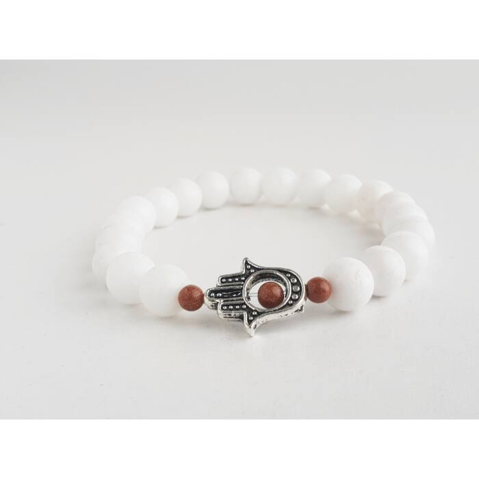 Fehér jáde ásványkarkötő, barna napkő gyöngyökkel és ezüst színű hamsa kezével