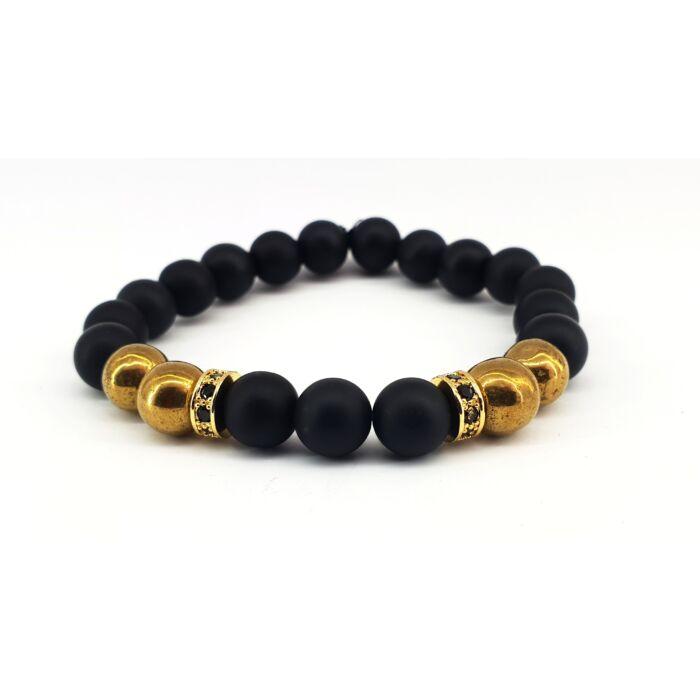 Matt onix ásványkarkötő, arany hematit gyöngyökkel, fekete cirkónia köves arany színű köztessel