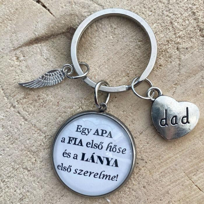 Egy apa a fia első hőse és a lánya első szerelme - Üveglencsés kulcstartó